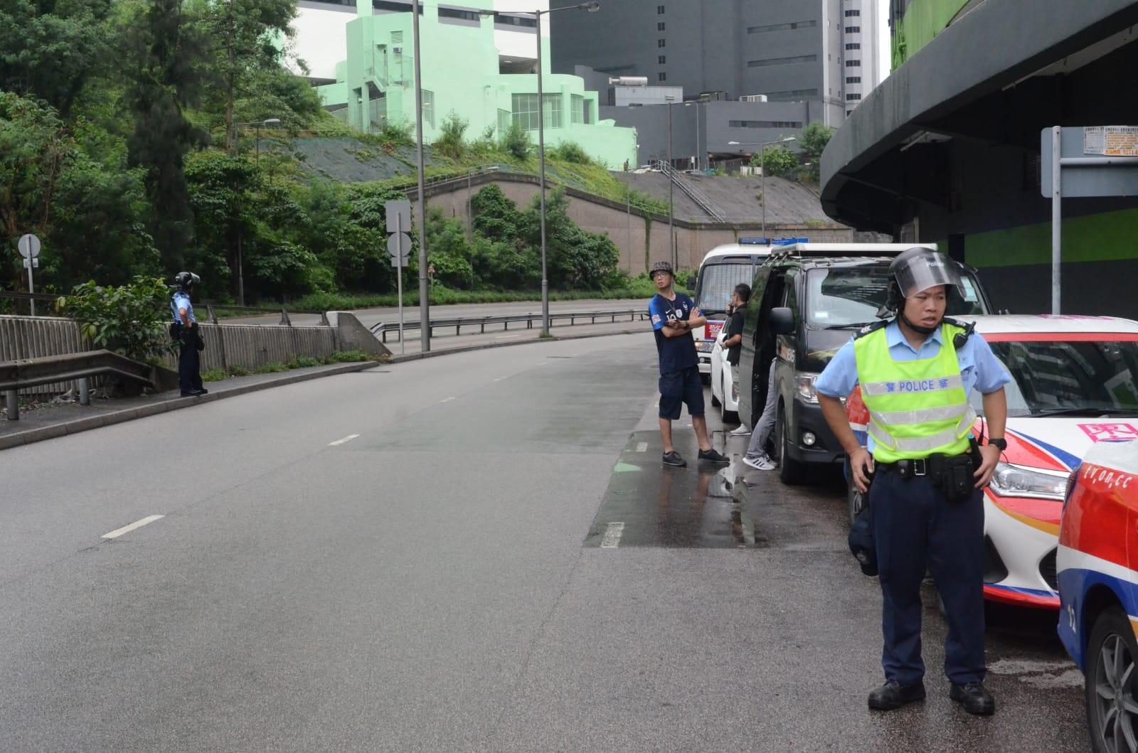 警方封鎖附近一帶行人路及馬路。