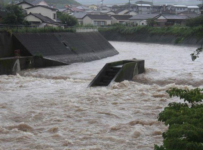 日本長崎縣因受熱帶風暴丹娜絲影響而下暴雨。網圖