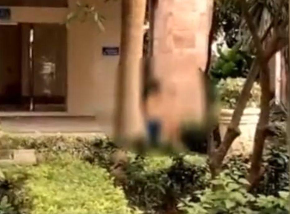 一名全身赤裸的10歲男童被父親抽打。網圖