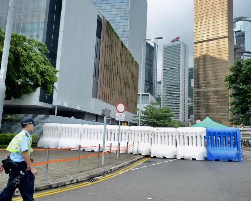 【逃犯條例】政總警總設水馬陣嚴陣以待 警方呼籲切勿衝擊