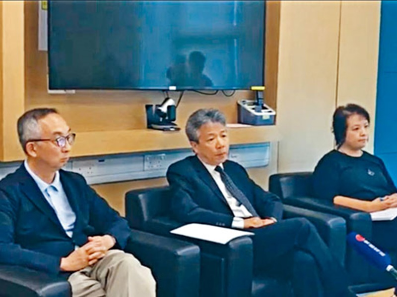 教育大學校長張仁良(中)、署理校長呂大樂等人昨與學生會對話 。