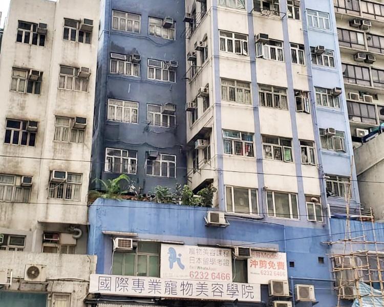 大廈2樓平台單位起火,外牆熏黑。