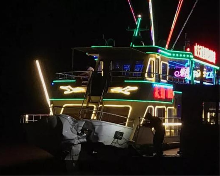 觀光船夜遊時與運沙船相撞。網圖