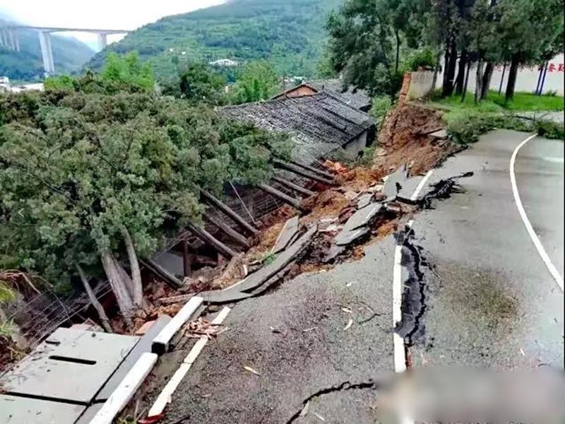 受近期持續降雨影響,雲南一中學圍牆發生坍塌。網圖
