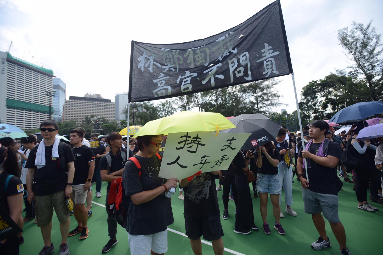 遊行人士帶同橫額和標語到場。