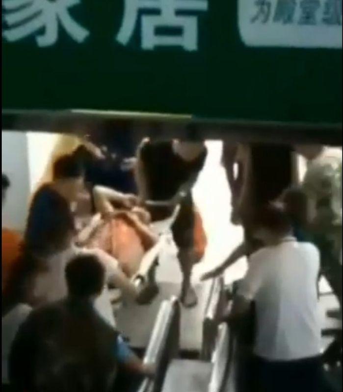女子被救出送院。網圖