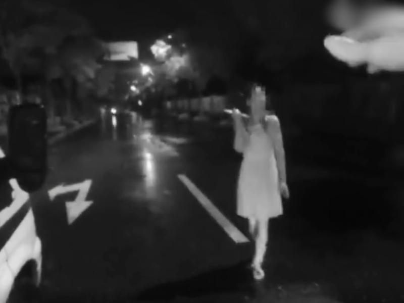浙江一名女子日前替丈夫送餐,卻看見丈夫替女同事撐傘,一氣之下竟持刀威脅丈夫「要自殺」。 影片截圖