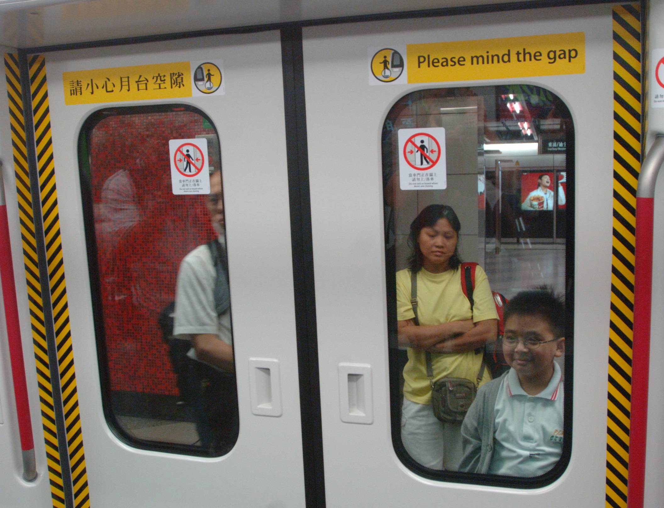 真正的港鐵提示標貼。資料圖片