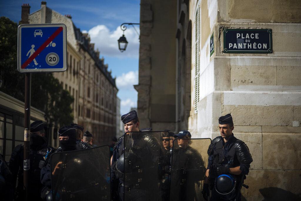 法國當局今夏動員4000名警察及憲兵加強保安,巴黎更特別加強安全措施。 AP