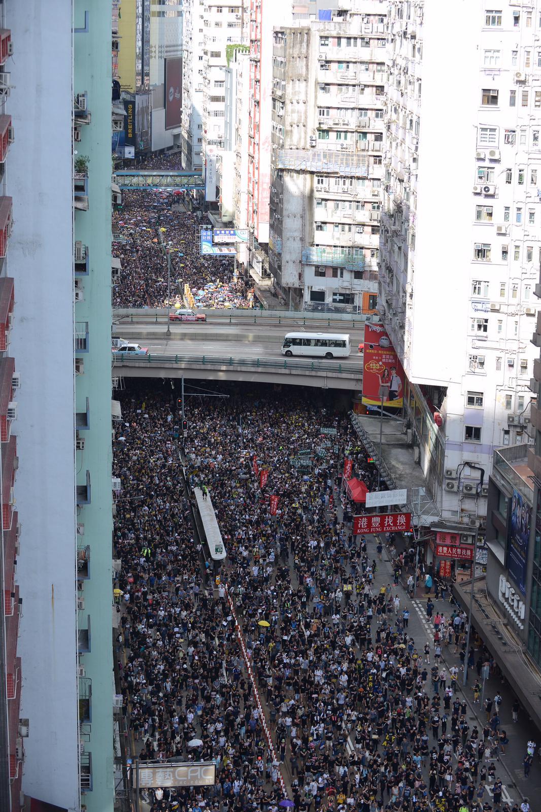 【721遊行】遊行人士突破警方防線往金鐘前進 部分人警總外聚集