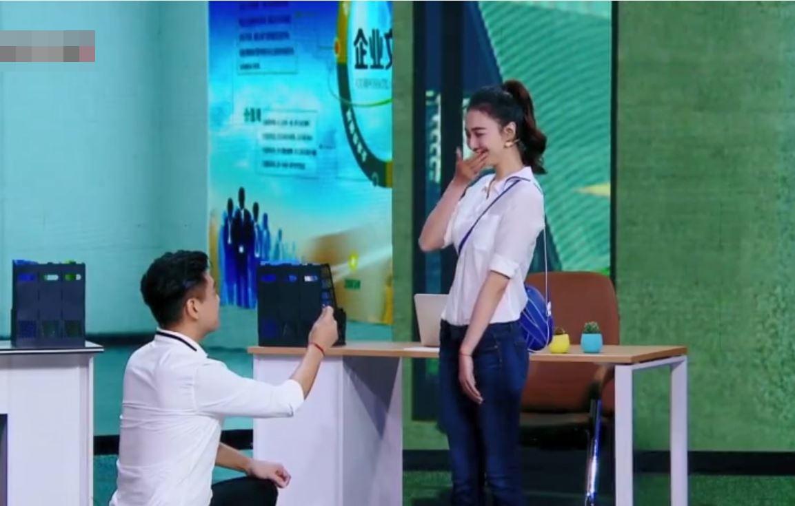 朱孝天突然跪地,並重演求婚場面。影片截圖