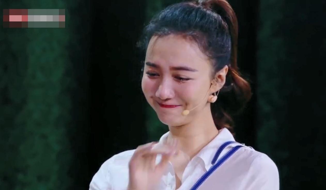 韓雯雯感動落淚,並與老公擁抱及親吻。影片截圖