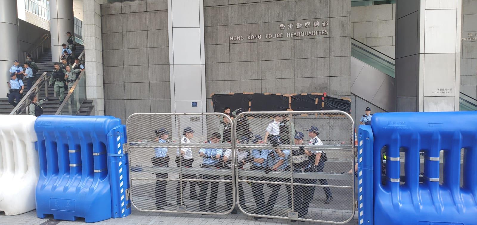 警員在警察總部外戒備