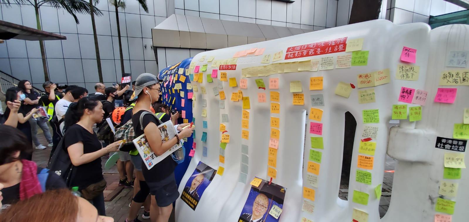 警察總部外示威者水馬貼標語
