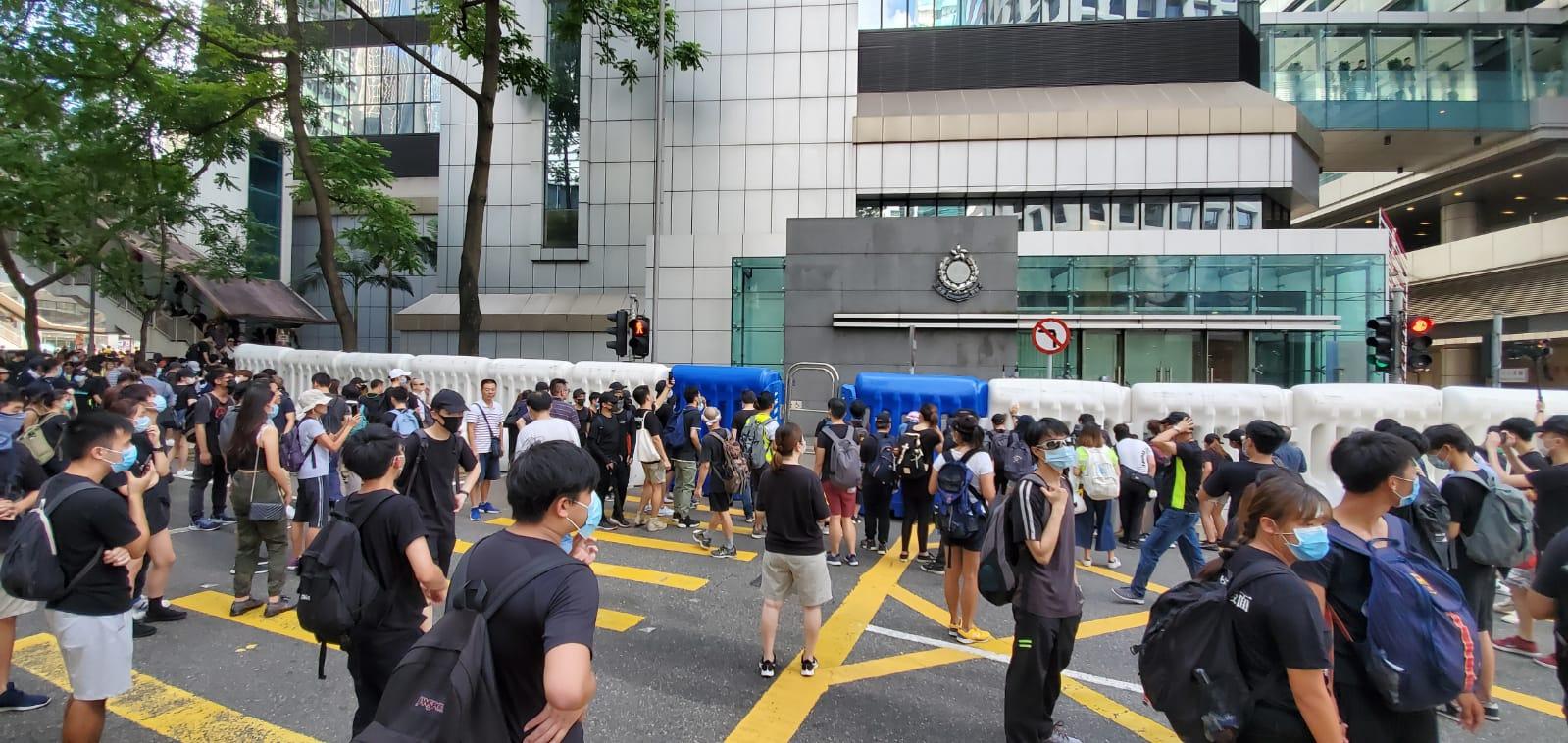 警察總部外示威者聚集
