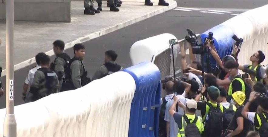 警察增設更多水馬。有綫新聞