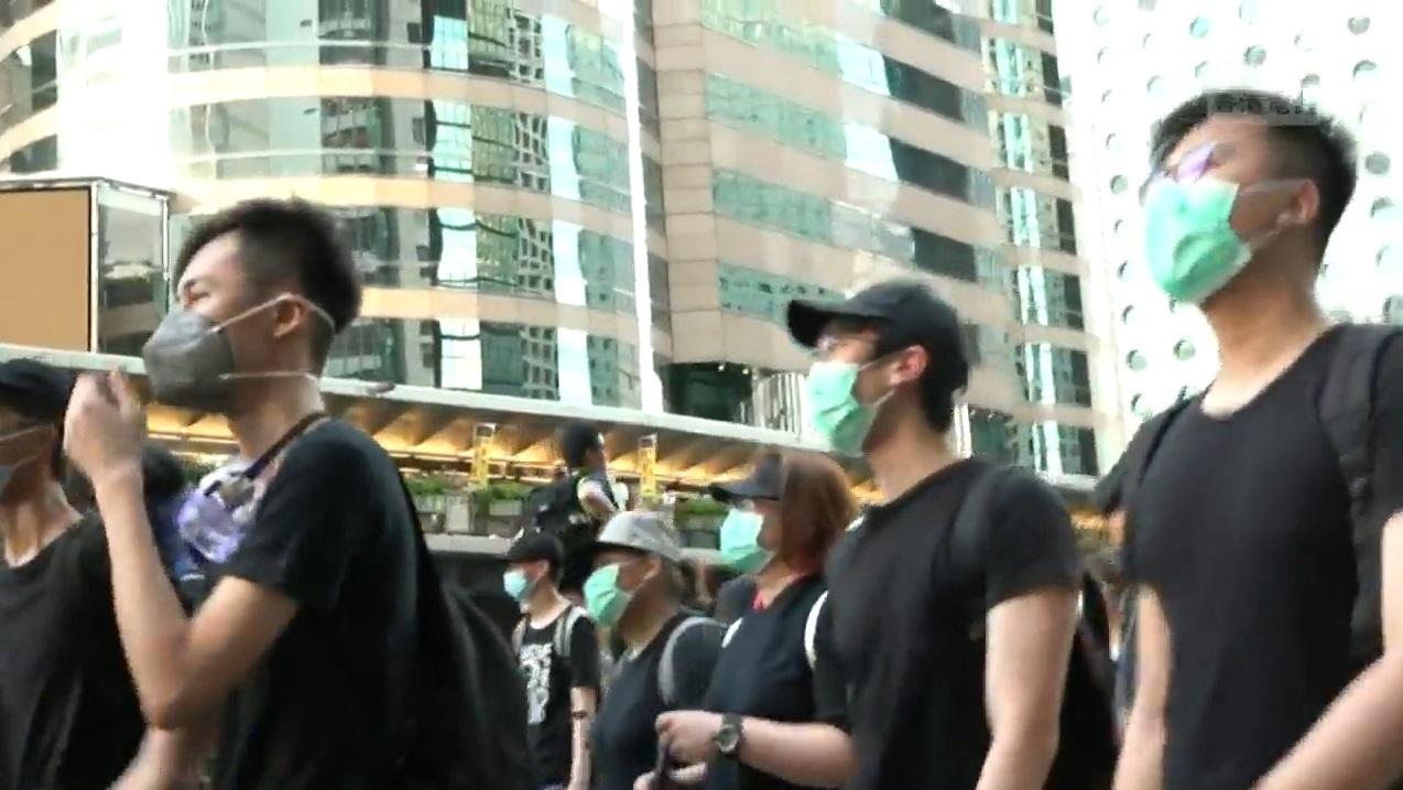 示威者抵達上環繼續向西推進。香港電台截圖