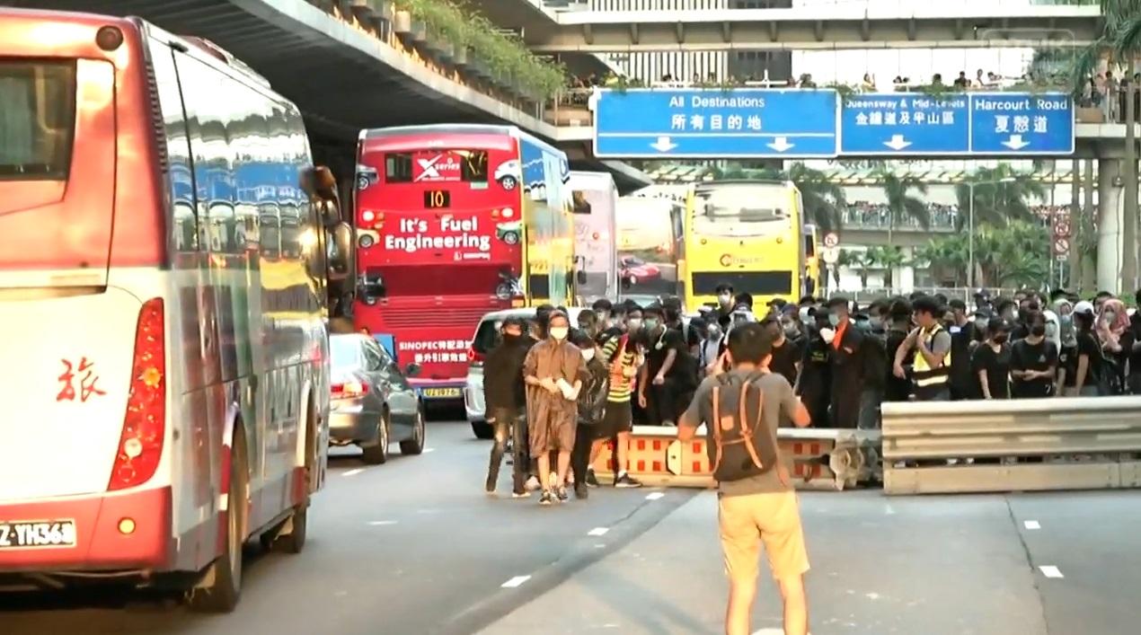 示威者在中環干諾道中架設路障。香港電台截圖