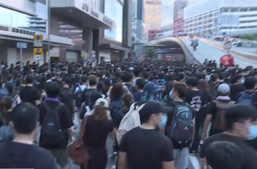 示威者繼續向西推進。有綫新聞截圖