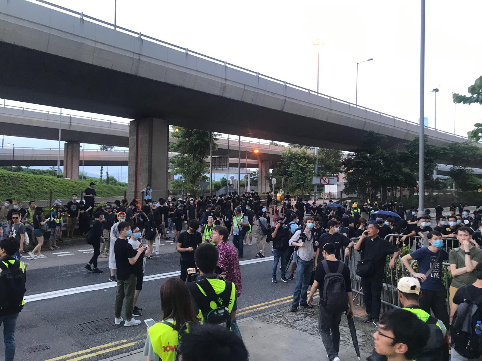 示威者抵達中聯辦外。