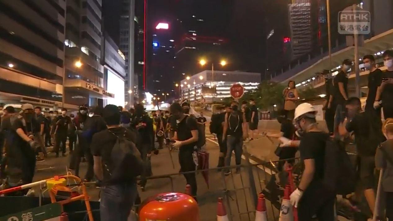 示威者堵塞干諾道中。香港電台截圖