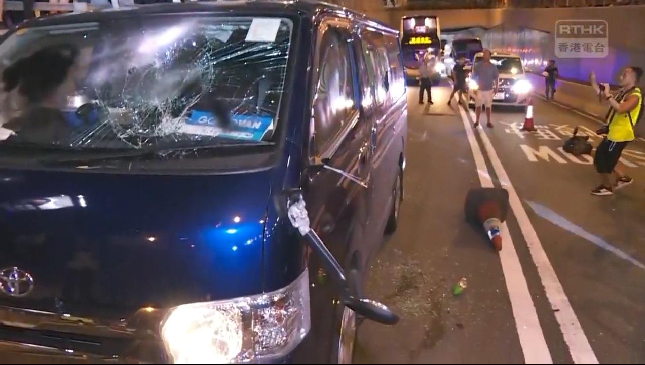 客貨車被砸毀。香港電台截圖