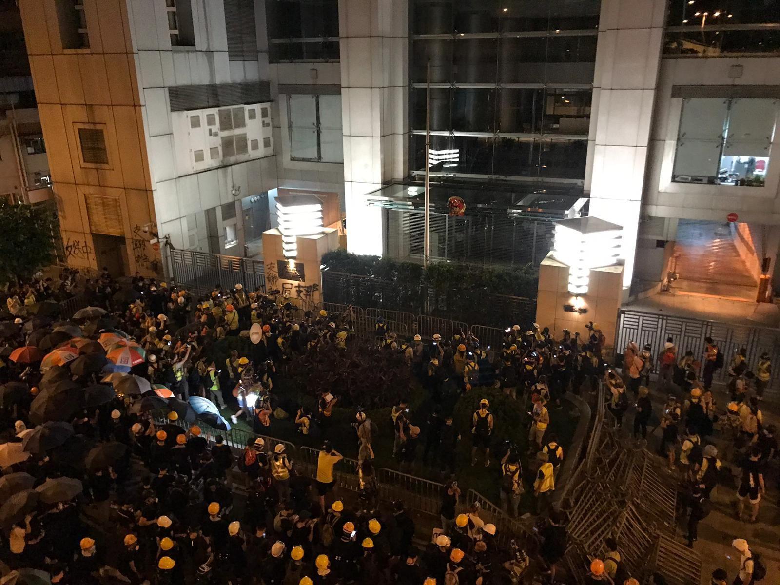 示威者包圍中聯辦。