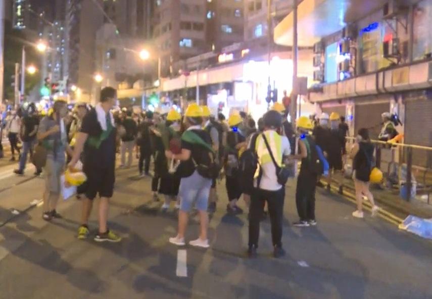 大批示威者向中環方向撤退。有綫新聞截圖