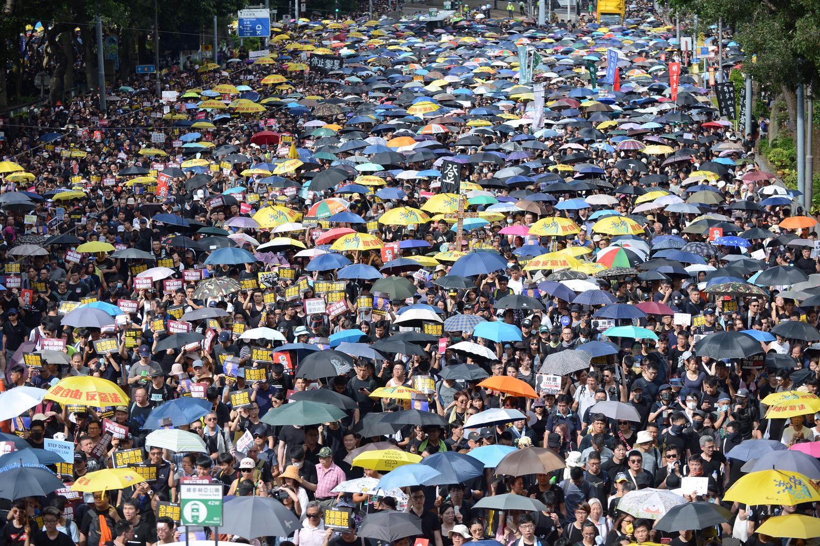 民陣稱43萬人參加遊行。