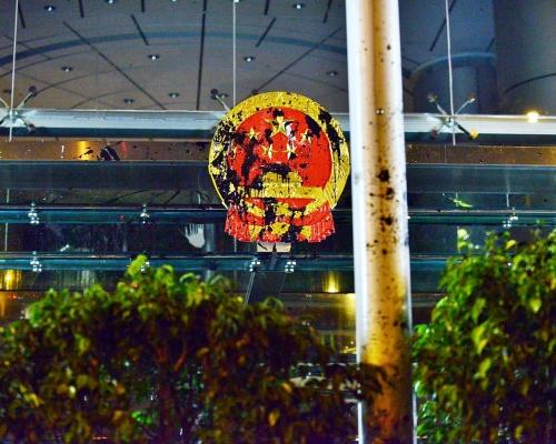 【721遊行】西環中聯辦被示威者掟蛋 國徽遭潑疑似墨汁