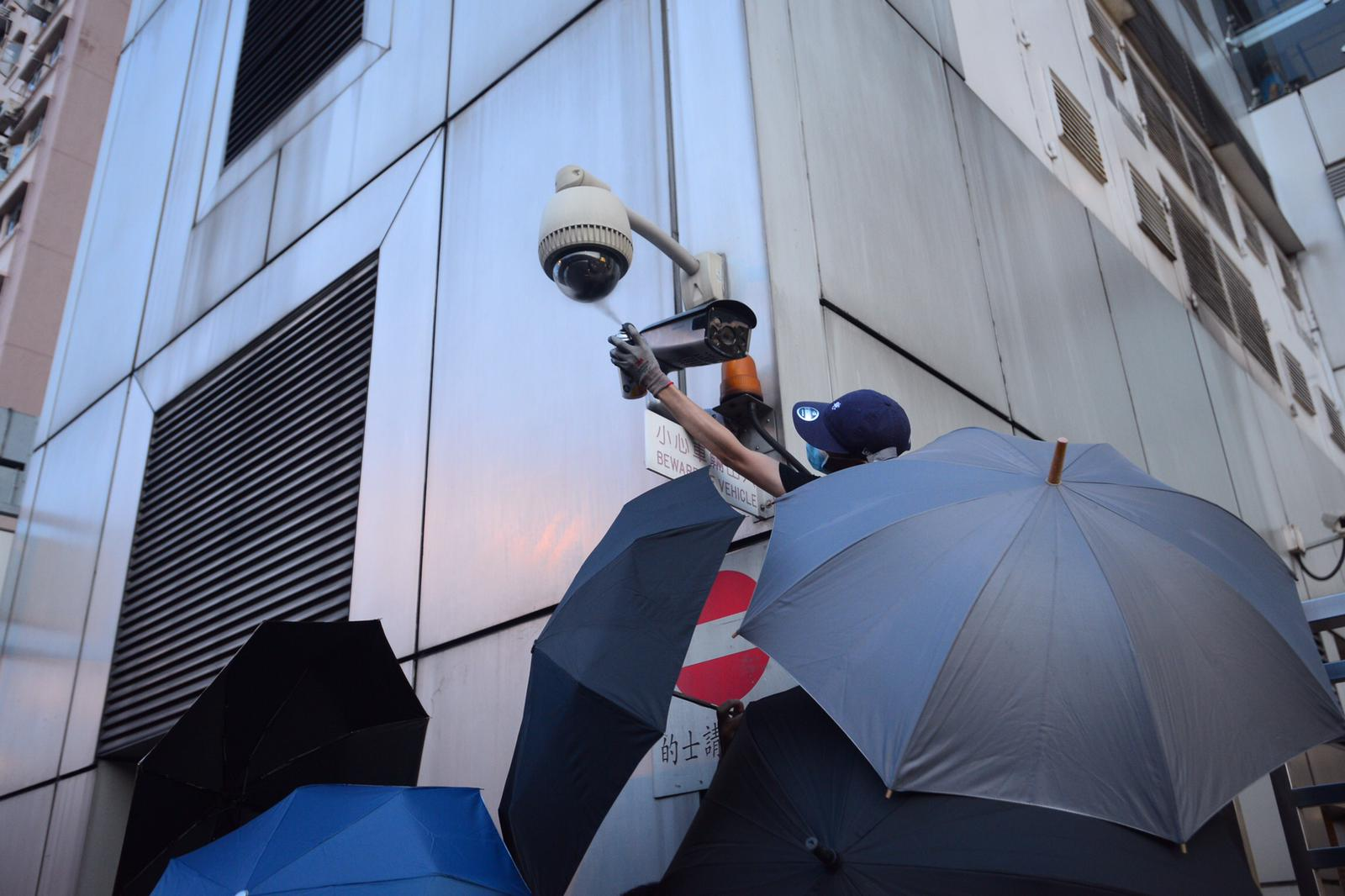 示威者噴黑閉路電視鏡頭。