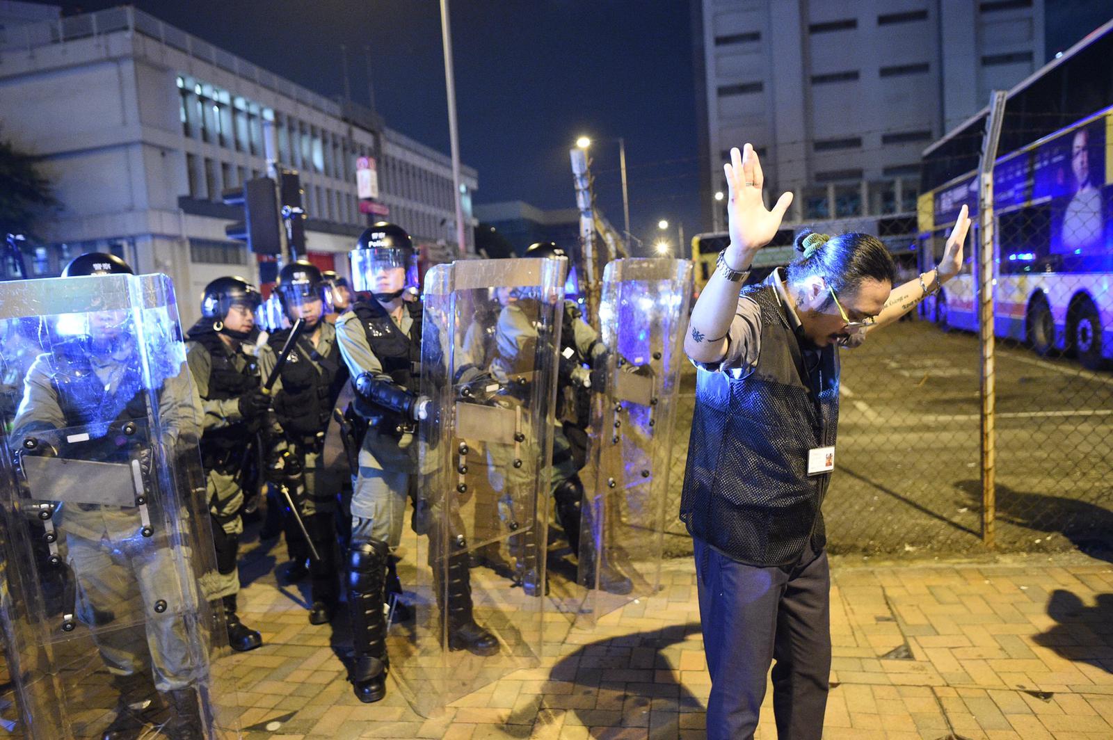 警察要求示威者立即散去