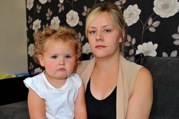 Amy Smith與她的女兒Demi-Mai。網圖