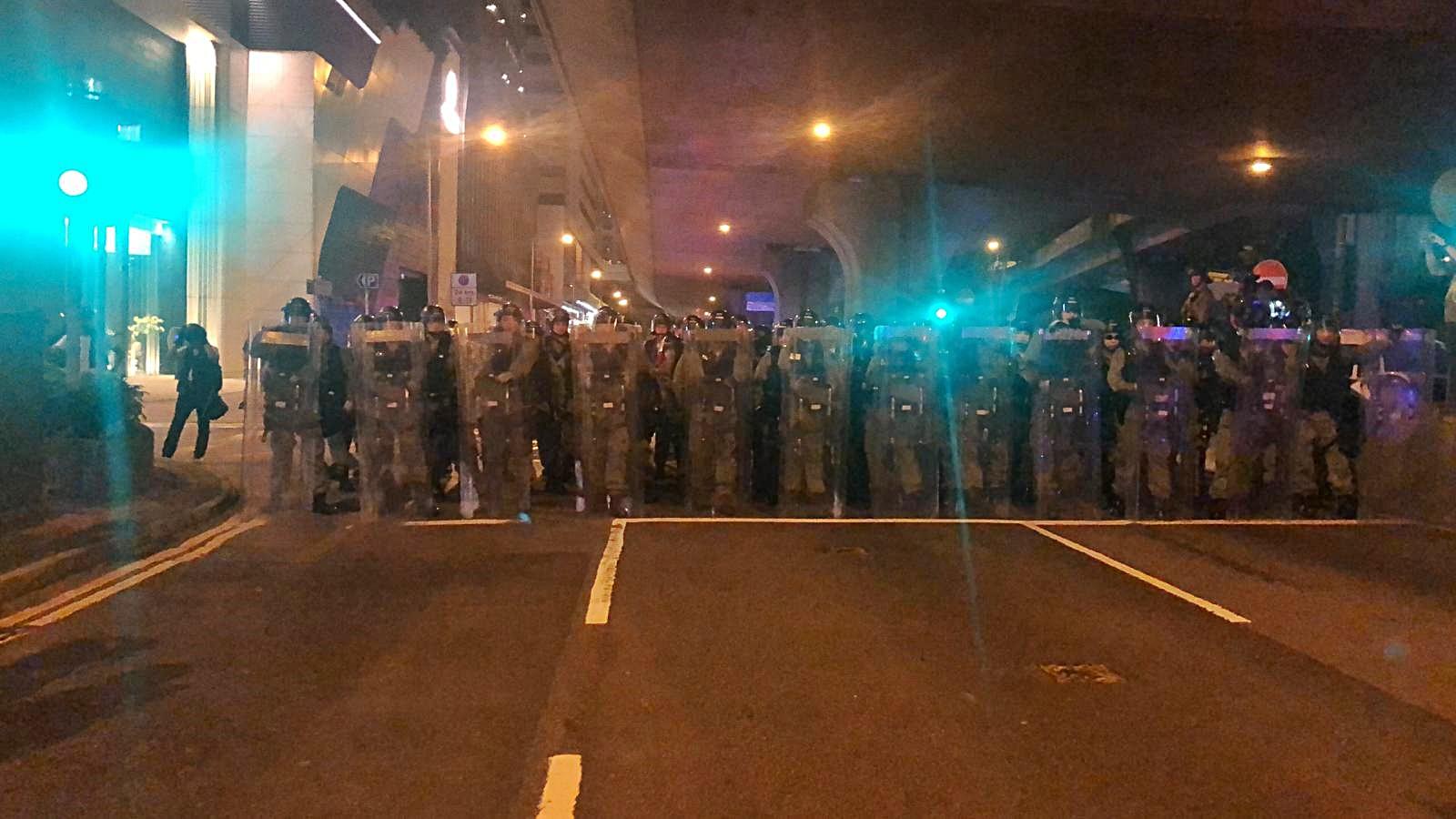 【721遊行】防暴警舉黑旗出動催淚煙 警告示威者停止衝擊