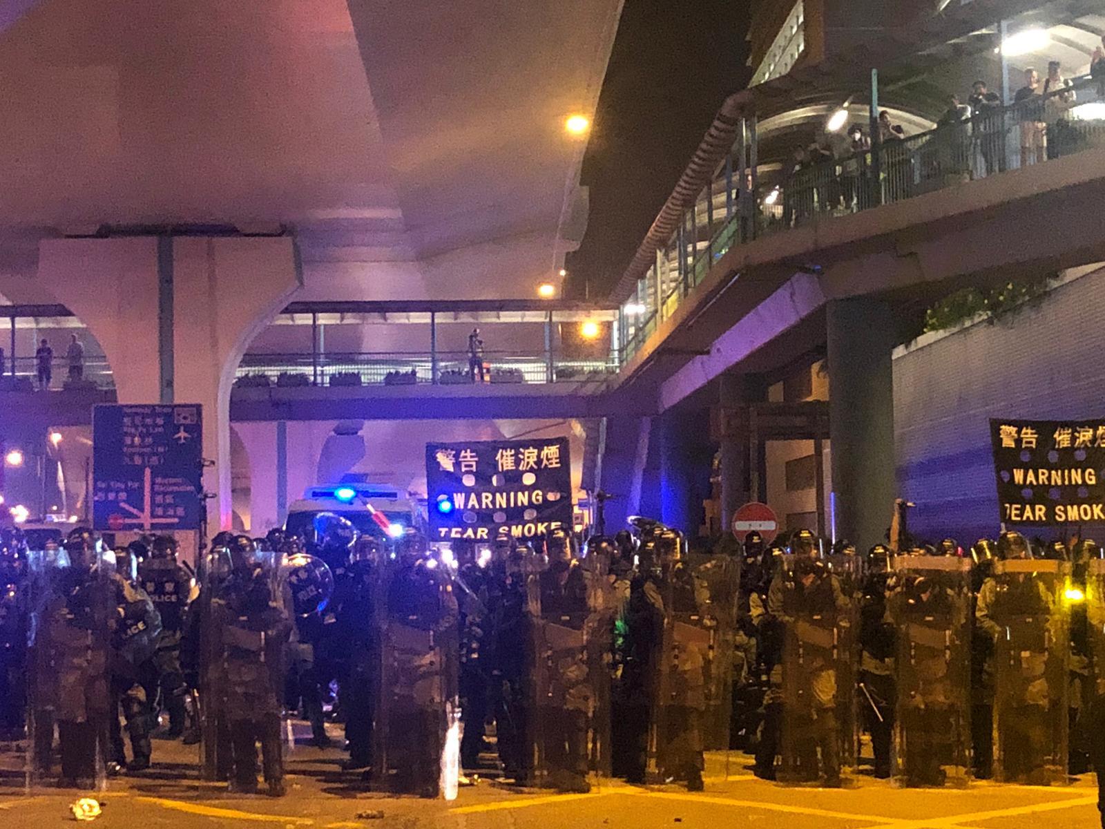 警方發射催淚彈驅散。
