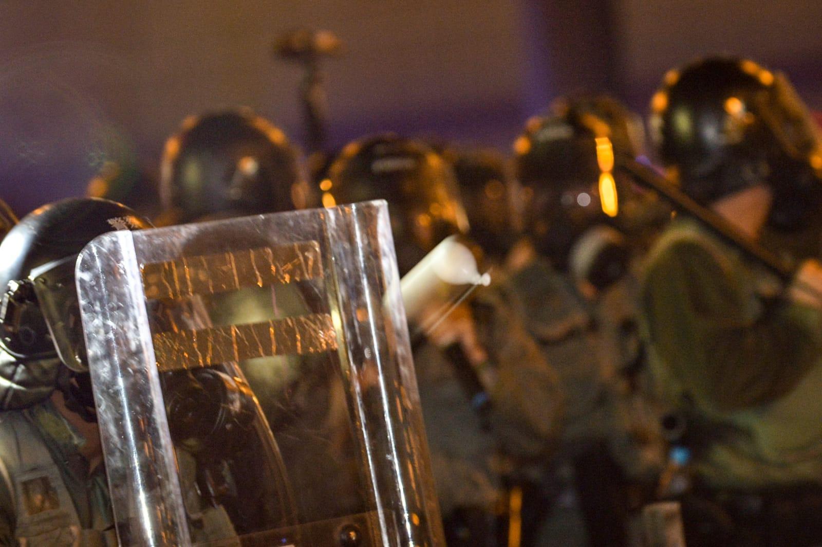 示威者衝擊警方防綫