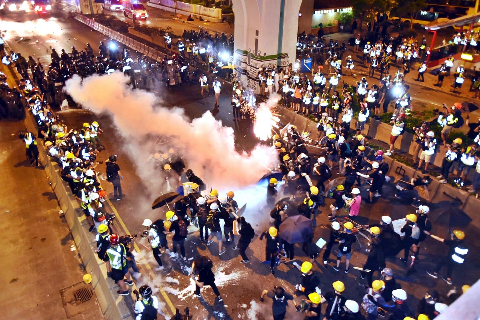警方多次發射催淚彈。