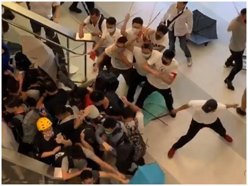 白衣人在元朗站大堂向黑衣人施襲。網圖