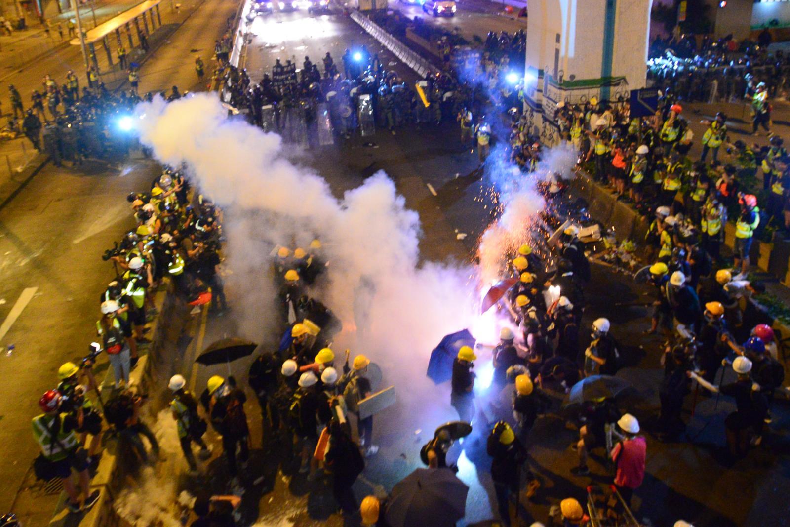 示威者與警方爆發衝突。