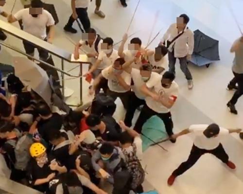 【片段】元朗白衣人闖西鐵站 持木棍雨傘圍毆乘客