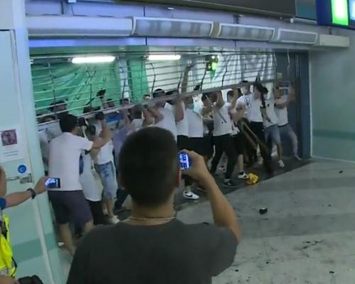 【元朗暴力】白衣人扯開元朗站鐵閘 追打站內市民