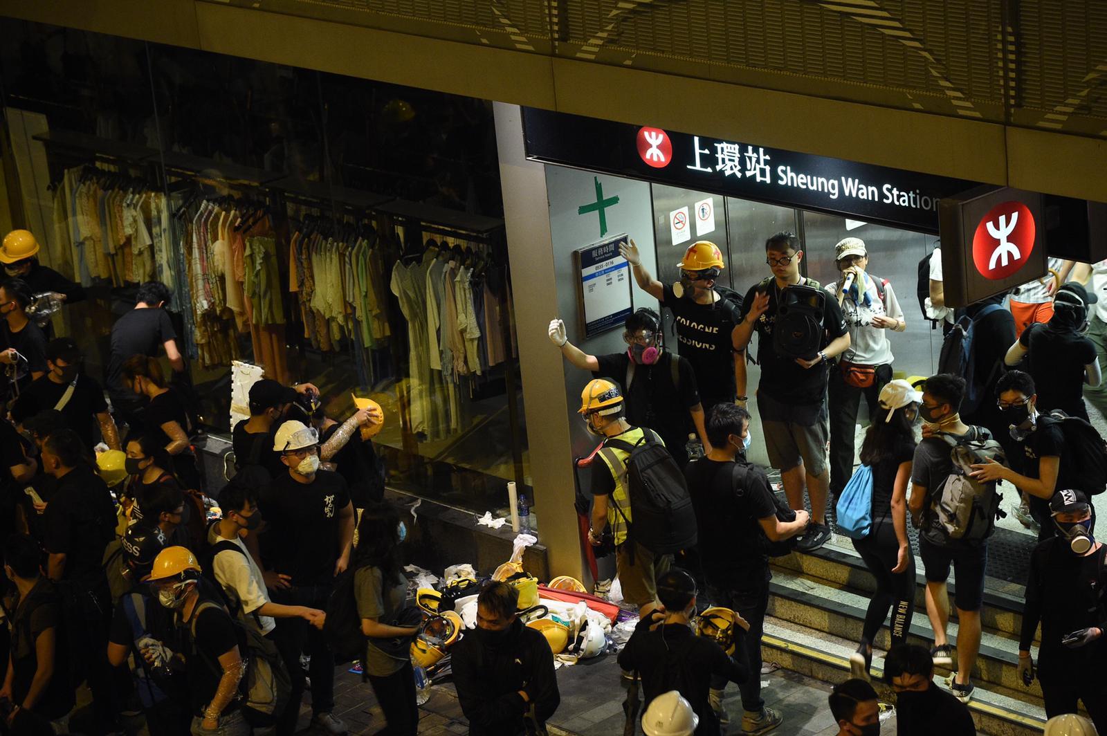 有示威者在上環信德中心外,與警方爆發激烈衝突。