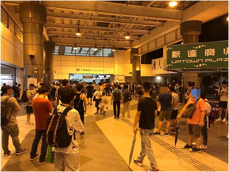 大批市民聚集在火車站外。「Tai Po 大埔」fb圖片