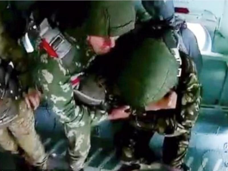 一名年輕軍校生在運輸機上預備跳傘,惟疑似首次跳傘,被嚇得多次驚叫,不敢移動。網圖