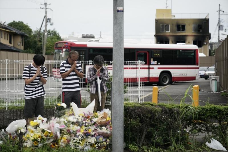 很多海內外粉絲親赴現場獻花。AP