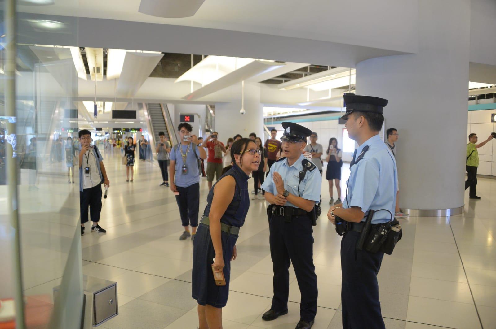 女子向巡警反映問題。