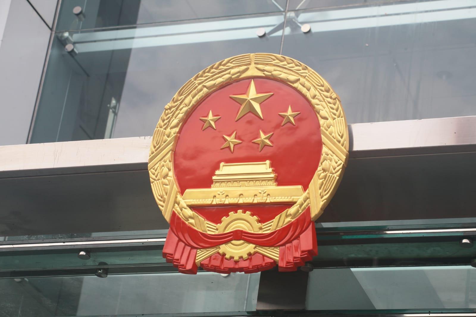 中聯辦職員深夜拆下被示威者弄污的國徽,換上新的。