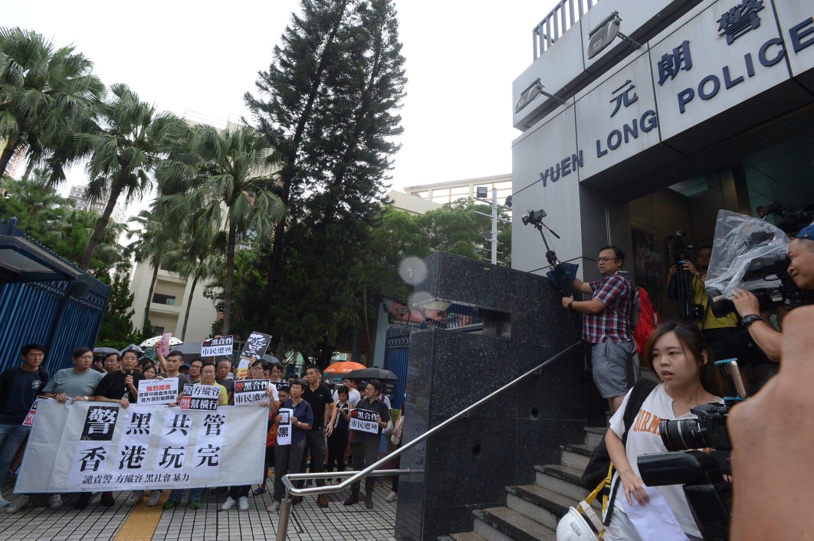 請願人士到元朗警署抗議。