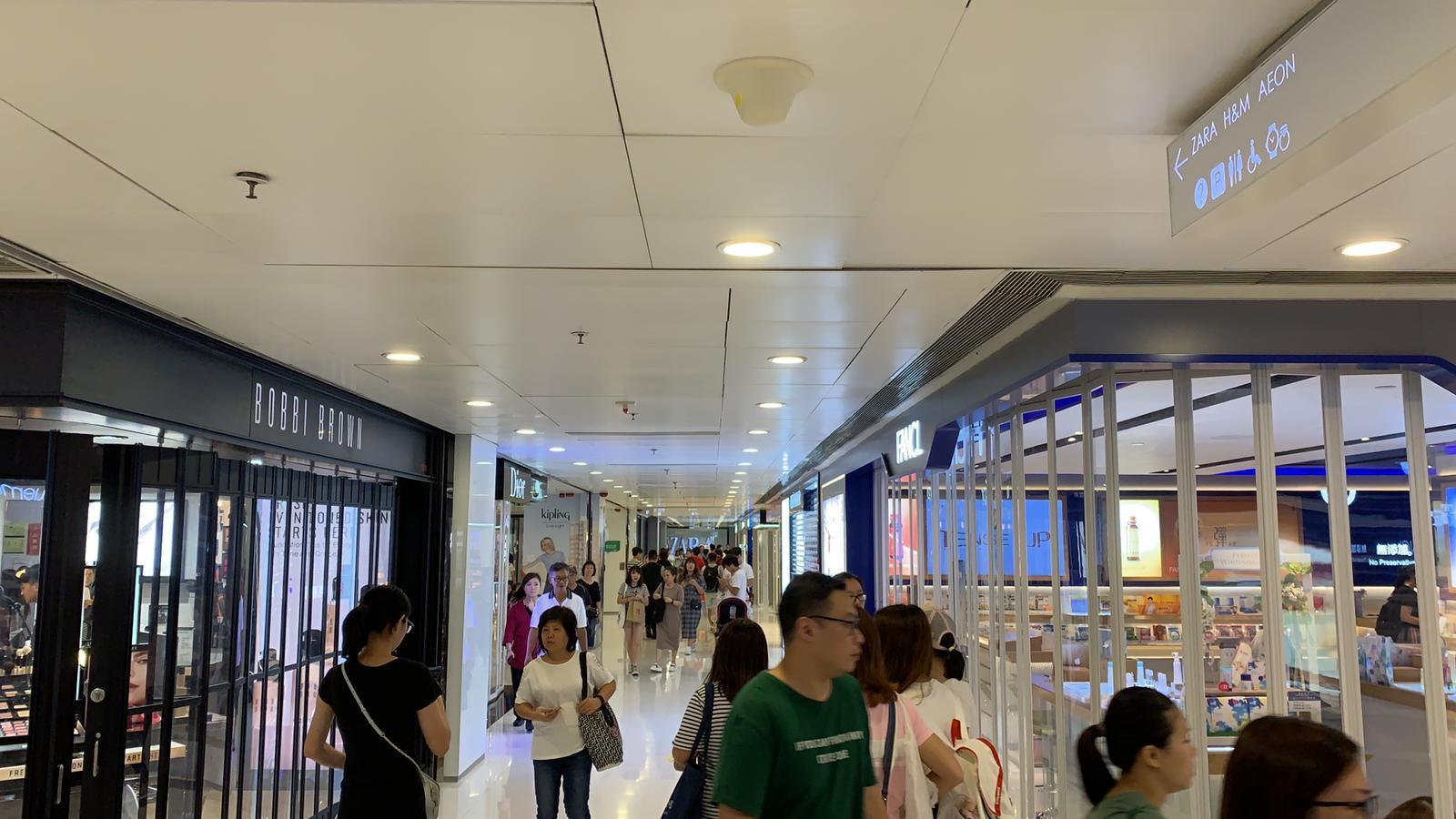 屯門市廣場也有店鋪拉閘。