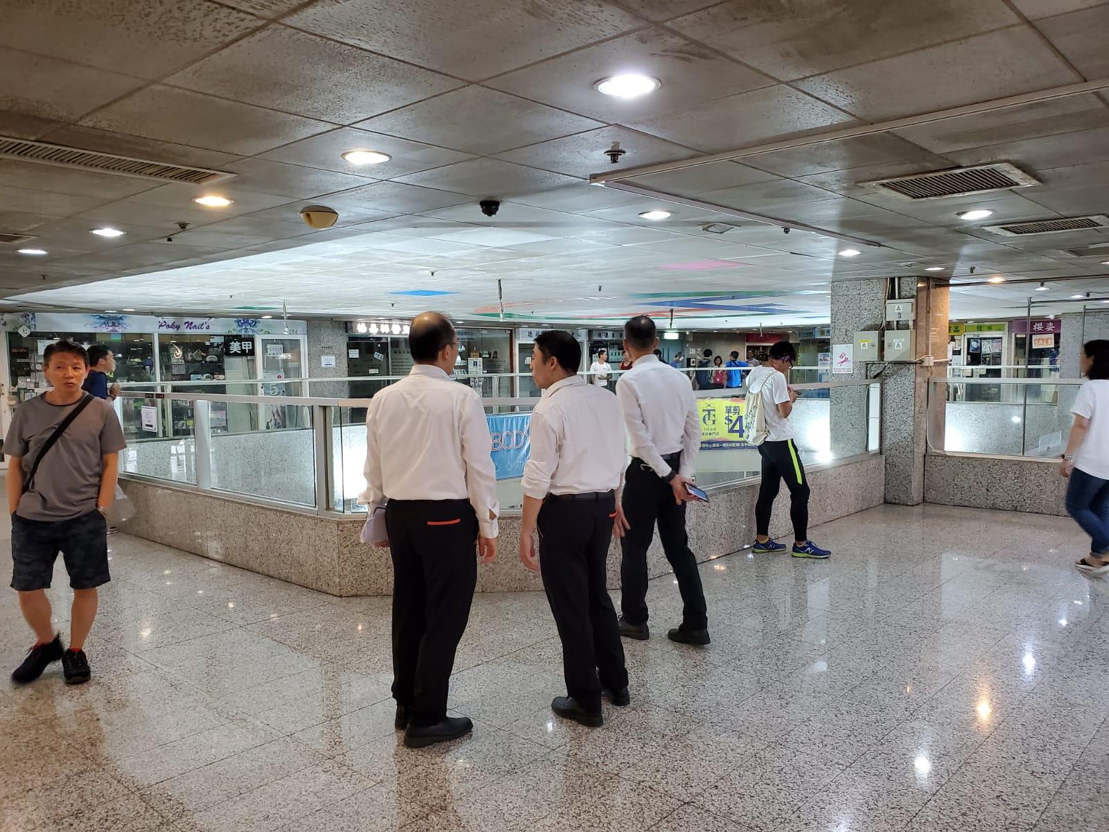 多名保安員於商場內戒備。